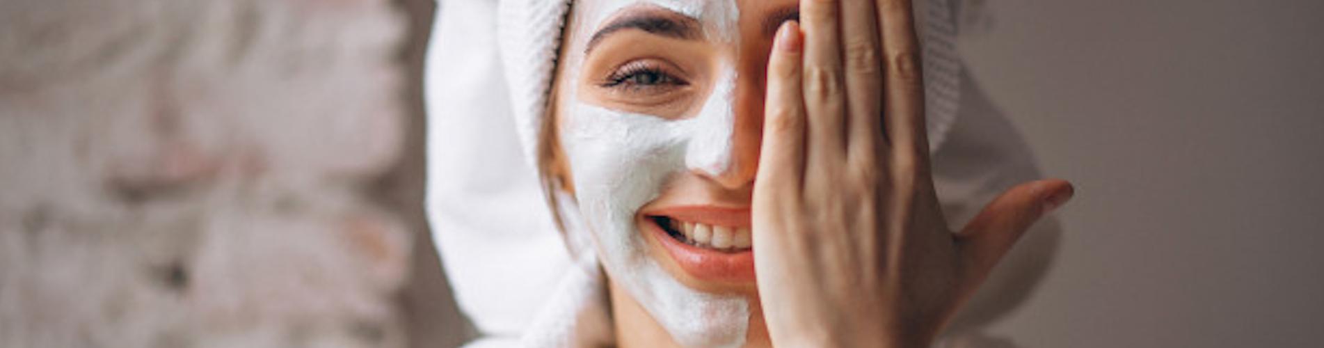 Image illustrant une femme prenant soin de son visage